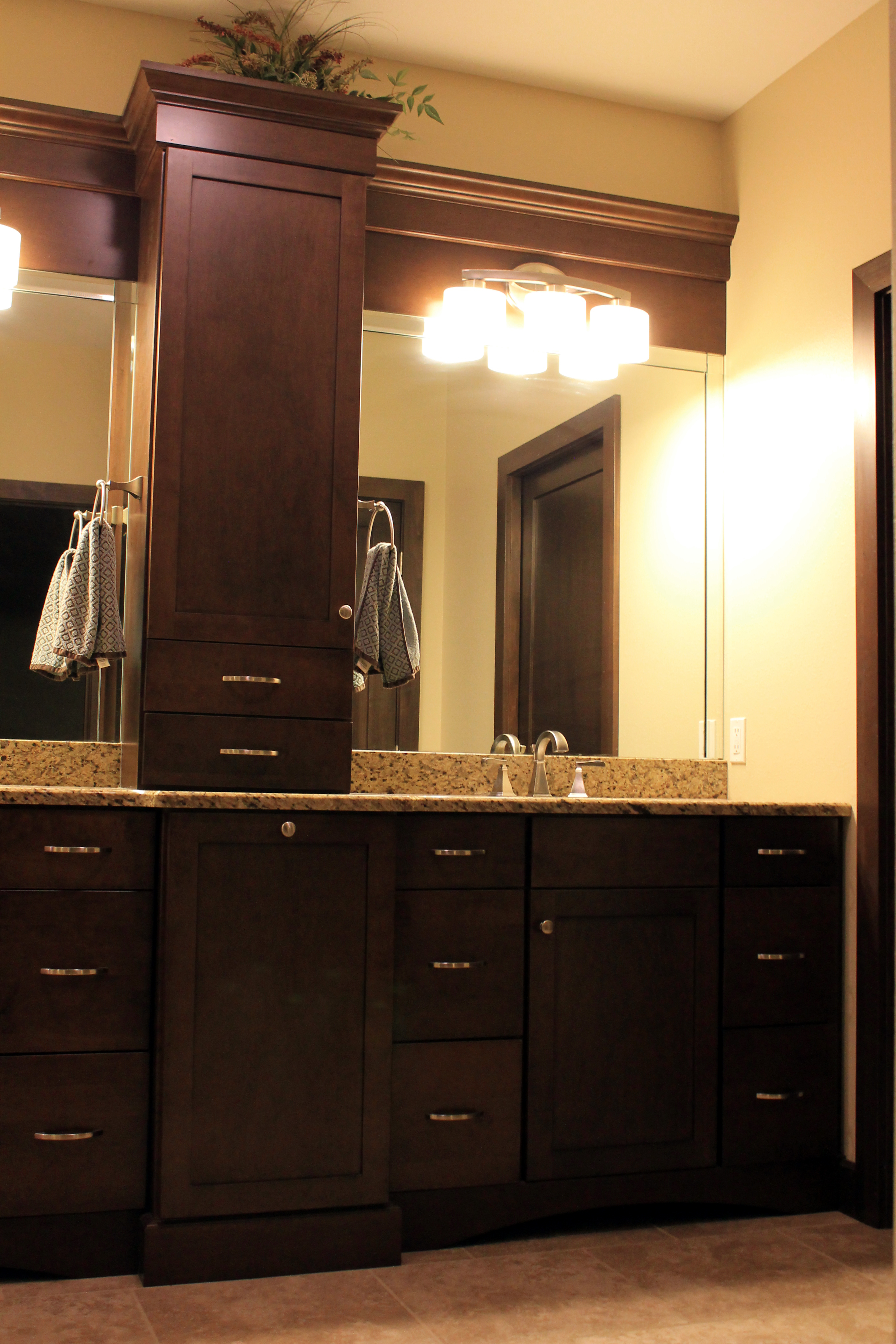 Double vanity with cabinet divide